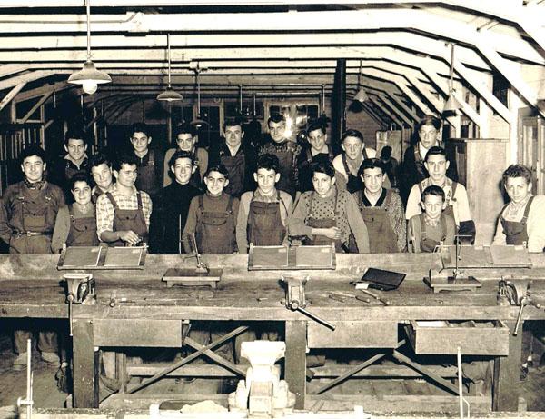 Classe de 1946 en atelier d'ajustage.